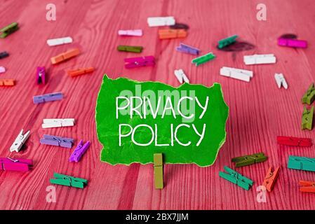 Nota de escritura que muestra la Política de privacidad. Concepto de negocio para la documentación en cuanto a la gestión de los datos del cliente