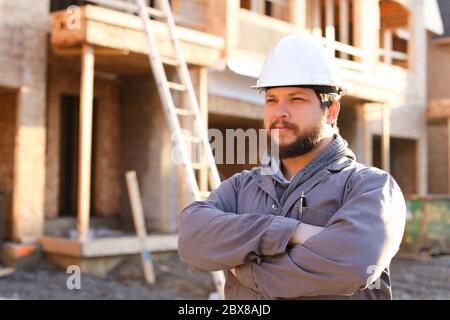 Retrato de arquitecto de construcción y constructor de casco.