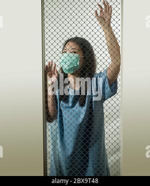 Retrato dramático de una joven China asiática infectada con virus víctima de enfermedades contagiosas o paciente psicótico e insano mental encerrado en el seur