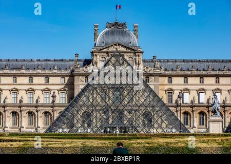 París, Francia - 29 de mayo de 2020: Museo del Louvre visto desde el Jardín de las Tullerías de París