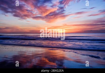La exposición a cámara larga captura la belleza del amanecer en Myrtle Beach, Carolina del Sur.