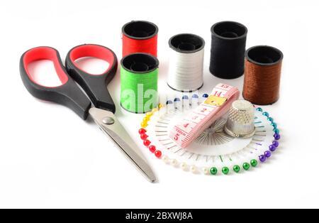 Conjunto de accesorios de costura sobre fondo blanco.