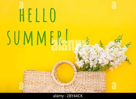 Bolsa de paja moderna con hermoso ramo de flores blancas sobre fondo amarillo brillante con copyspace.