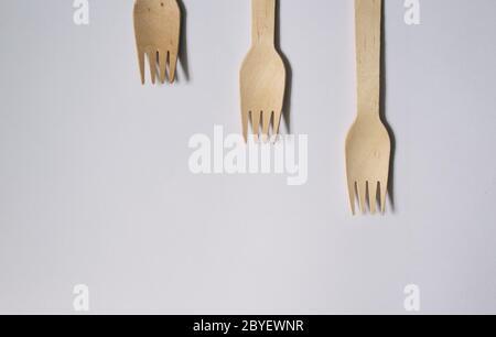 Concepto plano de horquillas de bambú sobre un fondo blanco, concepto sin plástico, concepto ecológico, viaje o fiesta reutilizable ba ecológica