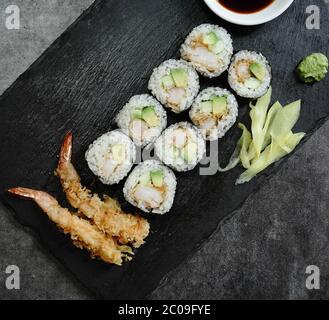 Rollito de sushi de tempura de gambas caseras, jengibre en escabeche, wasabi y salsa de soja