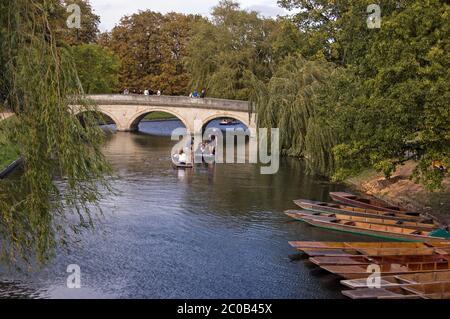 Cambridge, Reino Unido - 19 de septiembre de 2011: Estudiantes universitarios que se encuentran en el río Cam en Cambridge el 19 2011 de septiembre. Competencia para alquilar a los pequeños