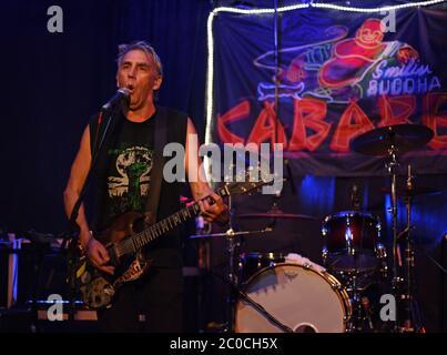 El veterano grupo punk rock, el cantante y guitarrista de DOA Joe Keithley, interpreta un espectáculo en solitario en un álbum lanzado en SBC, una discoteca en el sitio del antiguo Smilin