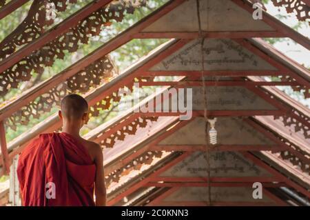 Poco Jóvenes monjes budistas caminando