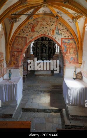 Interior de la iglesia románico-gótica de San Juan Bautista construido alrededor de 1100 en las orillas del lago Bohinj fuera de Ribcev Laz, Carniola Superior, Slo