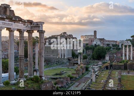 Perspectiva del Foro Romano ruinas antiguas y anfiteatro Coliseo, en Roma, Italia, con el templo de Saturno, templo de Vesta, Basílica de Maxentus,