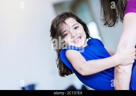 complicidad entre una niña muy linda y su madre