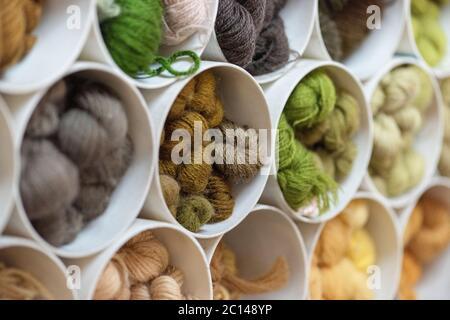 almacenamiento de hilados de lana de colores dentro de las tuberías de plástico