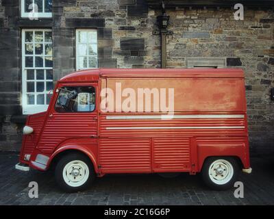 Legendario francés Citroen tipo H van en color rojo vivo en la zona del antiguo castillo escocés