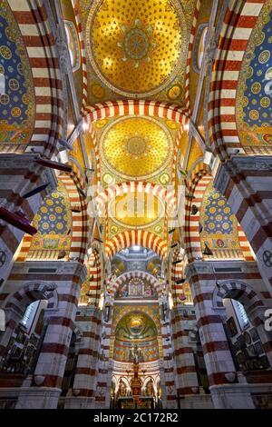 Interior de la basílica de Notre-Dame de la Garde (Iglesia Superior) con un colorido estilo del Renacimiento Bizantino. Marsella, Bocas del Ródano, Provenza, Francia