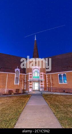 Marco vertical Vista frontal de una hermosa iglesia de ladrillo en Provo Utah con cielo azul profundo sobre la cabeza