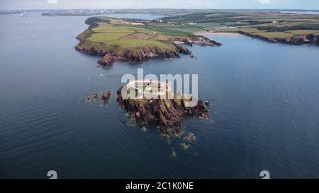 Vista aérea de Thorne Island Fort, cerca de Angle, Pembrokeshire Wales Reino Unido