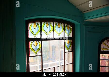 Fragmento de una ventana con vidrieras en una escalera de una casa de apartamentos en la calle Kolokolnaya Foto de stock