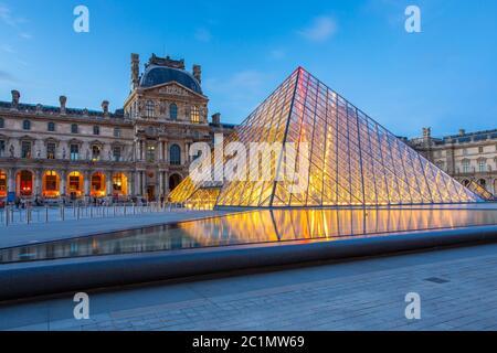 Museo del Louvre de París por la noche en París, Francia