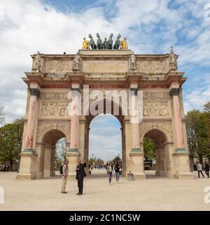 París, Francia, 28 2017 de marzo: Arc de Triomphe du Carrousel frente a los Jardines de las Tullerías visto desde el patio del Louv