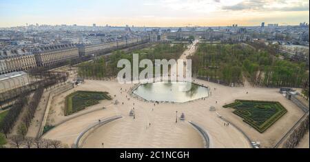 París, Francia, 28 2017 de marzo: Vista aérea desde la noria del Jardín de las Tullerías y el Palacio del Louvre