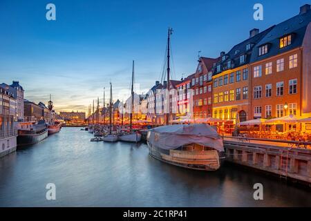 Copenhague ciudad por la noche con vistas de Nyhavn en Dinamarca