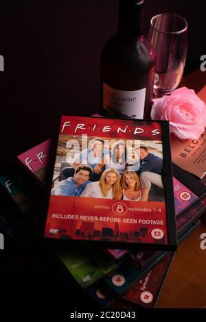 Colección de DVDs de Amigos. La enormemente popular sitcom ha sido criticada recientemente por su falta de diversidad racial a la luz de la campaña de BLM.