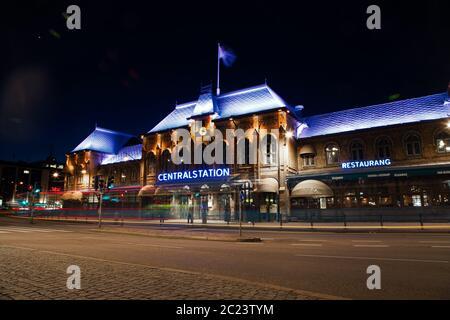 La Estación Central en Gotemburgo, Suecia por la noche