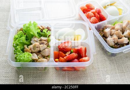 Comida limpia de estilo moderno, huevo cocido, pollo a la parrilla y aguacate Foto de stock