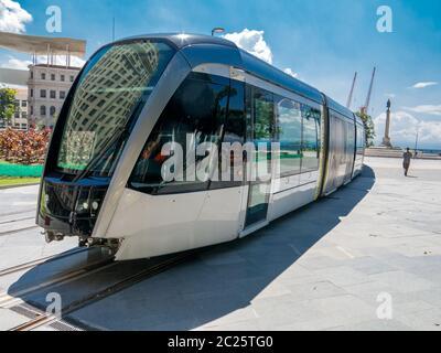 RIO DE JANEIRO, BRASIL - 18 DE MARZO de 2016 - Nueva Río de Janeiro tranvía en prueba en la plaza Maua (praca Maua)