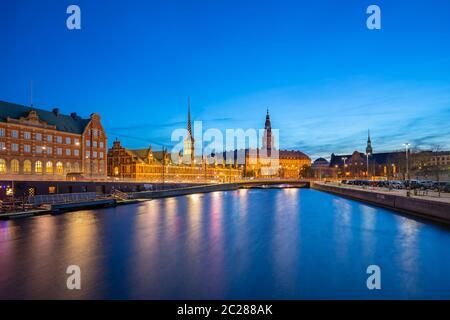 Vista nocturna del Palacio Christiansborg en Copenhague, Dinamarca
