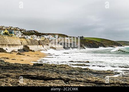 Porthleven Beach en un día frío y azotado por el viento en abril con el viento soplando las olas justo en la playa. Porthleven está en la costa sur de Cornwall.