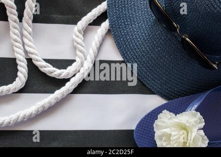 Accesorios de verano en bolsa de playa con cuerdas blancas