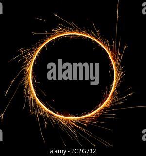 hermoso sparkler en un círculo sobre un fondo negro