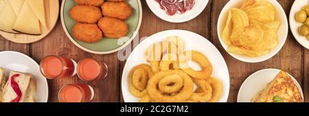 Un panorama de tapas españolas, una foto de la vista de una variedad de aperitivos. Gazpacho, anillos de calamar, tortilla, queso, etc., tirado de ab