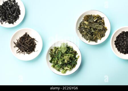 Varias algas secas, verduras de mar, disparadas desde arriba