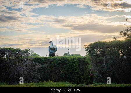 París, Francia - 06 14 2020: Estatua de un hombre de la espalda, en los jardines del Louvre al atardecer