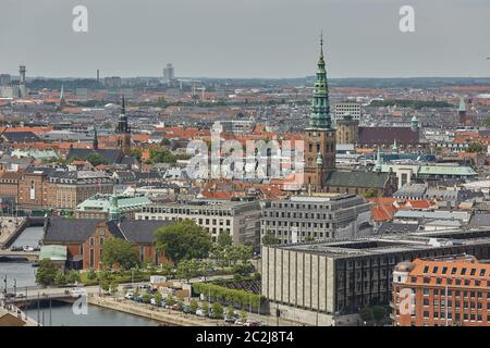 Horizonte de la ciudad escandinava de Copenhague en Dinamarca durante un día nublado
