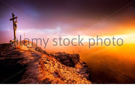 Silueta crucifixión de Jesucristo en la cruz en la montaña Dolomitas