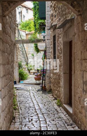 Pequeña calle en el centro de Trogir, Split-Dalmacia, Croacia, Europa. Foto V.D.