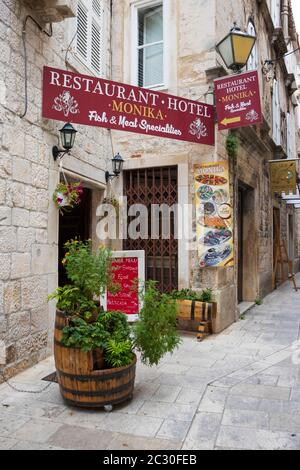 Restaurante en una calle pequeña. Trogir, Split-Dalmacia, Croacia, Europa. Foto V.D.