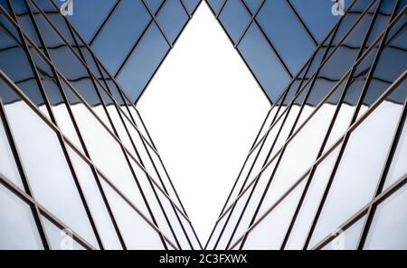 reflejos distorsionados en las ventanas de espejo de un edificio moderno