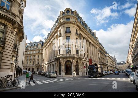 PARÍS, FRANCIA - 2 de marzo de 2015: Acritectura típica de la famosa Rue la Fayette en el centro de París en un día de primavera. 2 de marzo de 2015 en París