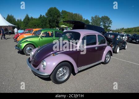 Moscú, Rusia - 01 de junio de 2019: Coches de encuentro Volkswagen escarabajo (KAEFER) en el aparcamiento abierto en la calle. Coches de colores aparcados
