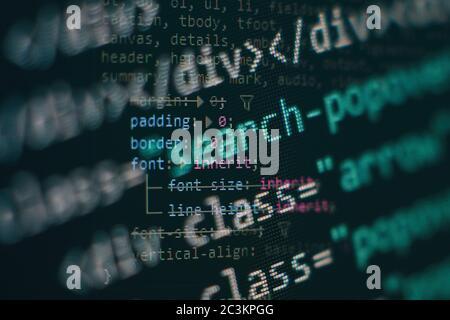 Primer plano desarrollando tecnologías de programación y codificación. Desarrollador trabajando en los códigos de sitios web en la oficina.
