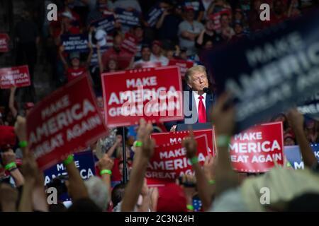 Tulsa, Oklahoma, EE.UU. 20 de junio de 2020. TULSA, Oklahoma, EE.UU. - 20 de junio de 2020: El presidente ESTADOUNIDENSE Donald J. Trump realiza una campaña de concentración en el Bank of Oklahoma Center. La campaña de concentración es la primera desde marzo de 2020, cuando la mayor parte del país se cerró debido a Covid-19. Crédito: albert halim/Alamy Live News Foto de stock