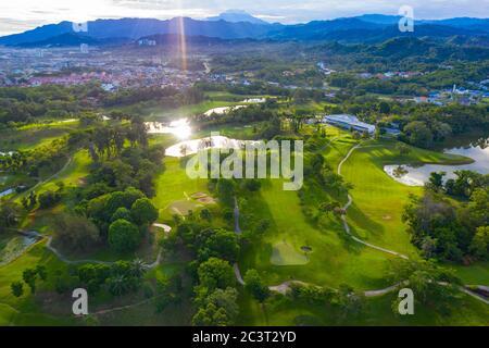 Vista aérea putting green y hermoso campo de golf en Kota Kinabalu, Sabah, Malasia