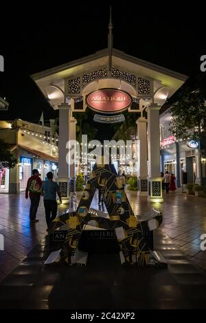 Asiatique por la noche. El Riverfront es un gran centro comercial al aire libre en Bangkok, Tailandia. Ocupa los antiguos muelles de la Compañía Asiática del este, y se enfrenta