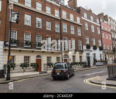 LONDRES, Reino Unido - 8 DE OCTUBRE de 2016: El exterior de la arquitectura en Mayfair Londres durante el día. Foto de stock