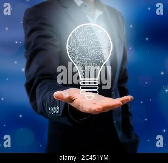 Innovaciones empresariales. Businessman Holding Glowing Bulb con conexiones de esquema poligonal, Collage creativo