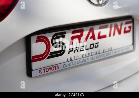 Skradin Croacia Junio 2020 pegatinas en un Toyota Yaris modificado, especializado en carreras de escalada, grupo especial patrocinado por toyota. Placa de matrícula sho
